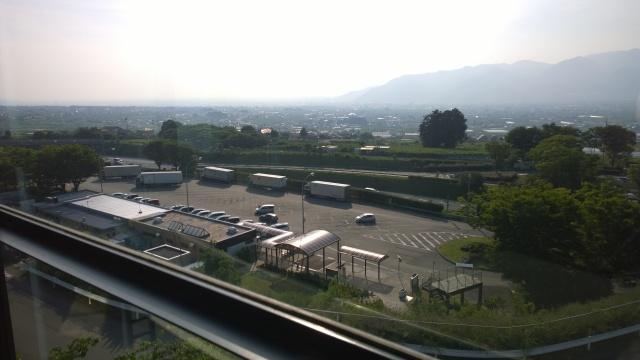 釈迦堂遺跡博物館から中央道を俯瞰