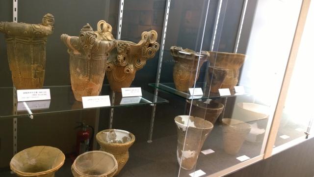 北杜市考古資料館2階通路の水煙渦巻文土器