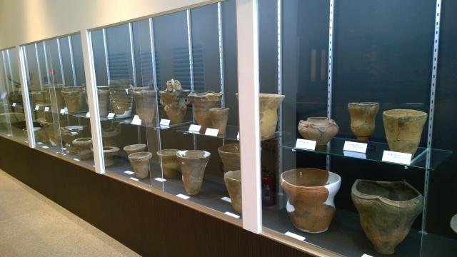 北杜市考古資料館2階通路の土器