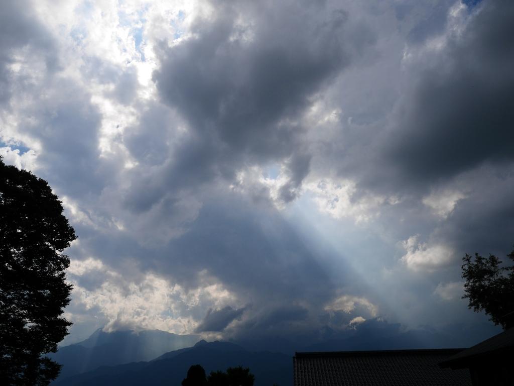 光芒と有明山