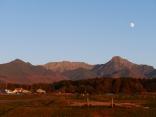 昇る月と夕暮れの八ヶ岳