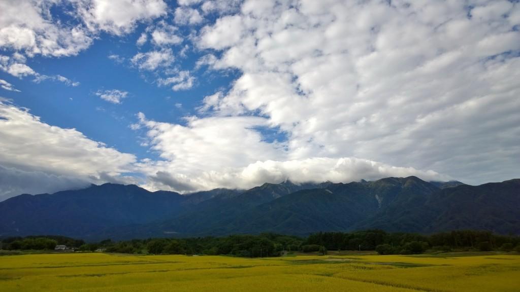 雨上がりの朝の空と圃場
