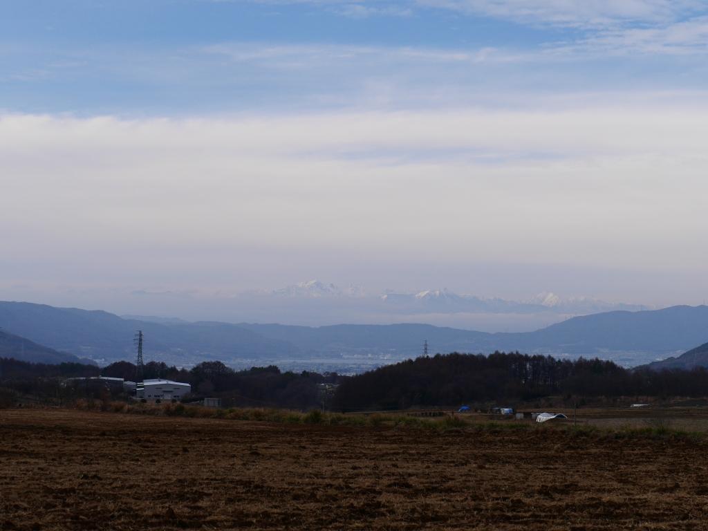 薄雲の向こうに北アルプスを