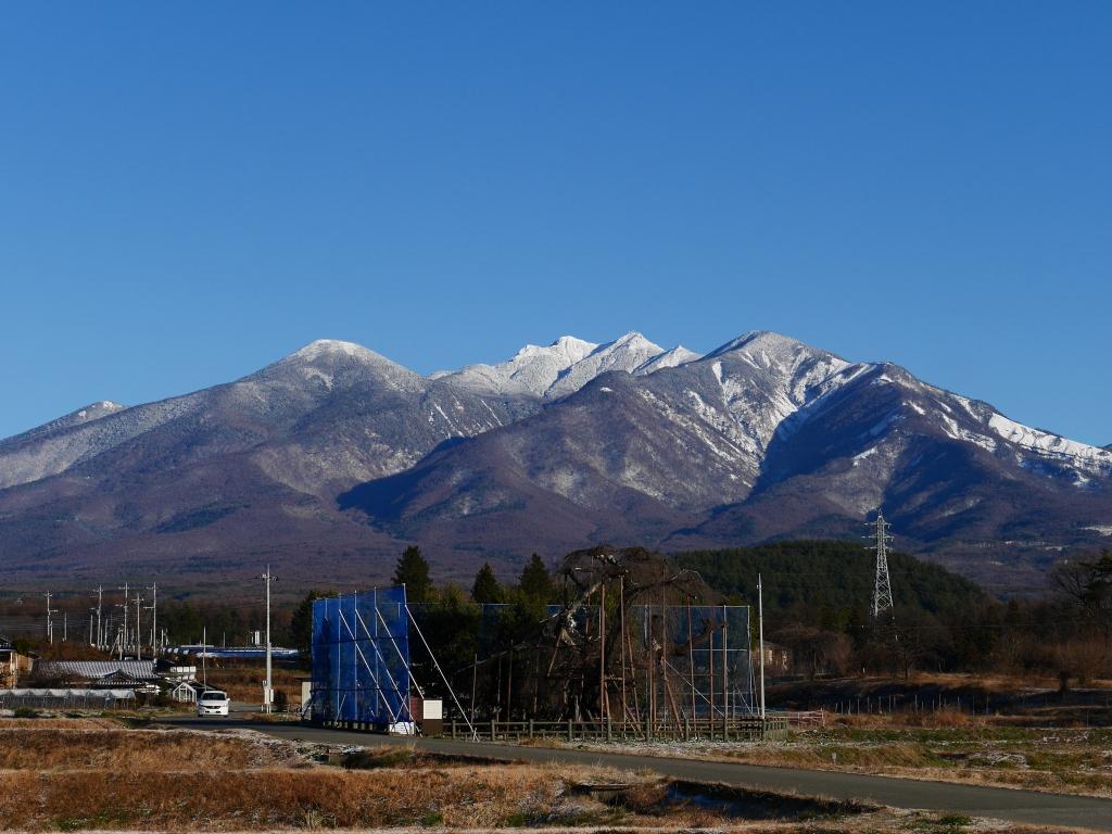 雪を被る八ヶ岳ブルー