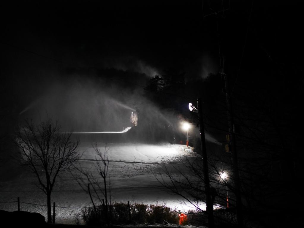 降雪機が雪煙を上げる富士見パノラマスキー場の夜1