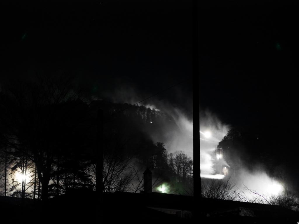 降雪機が雪煙を上げる富士見パノラマスキー場の夜3