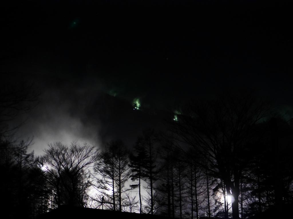 降雪機が雪煙を上げる富士見パノラマスキー場の夜2