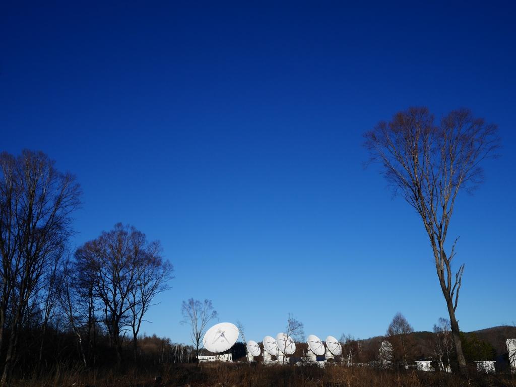 野辺山天文台のパラボラと碧空