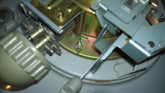 レインボーストーブの芯調整器ネジ1