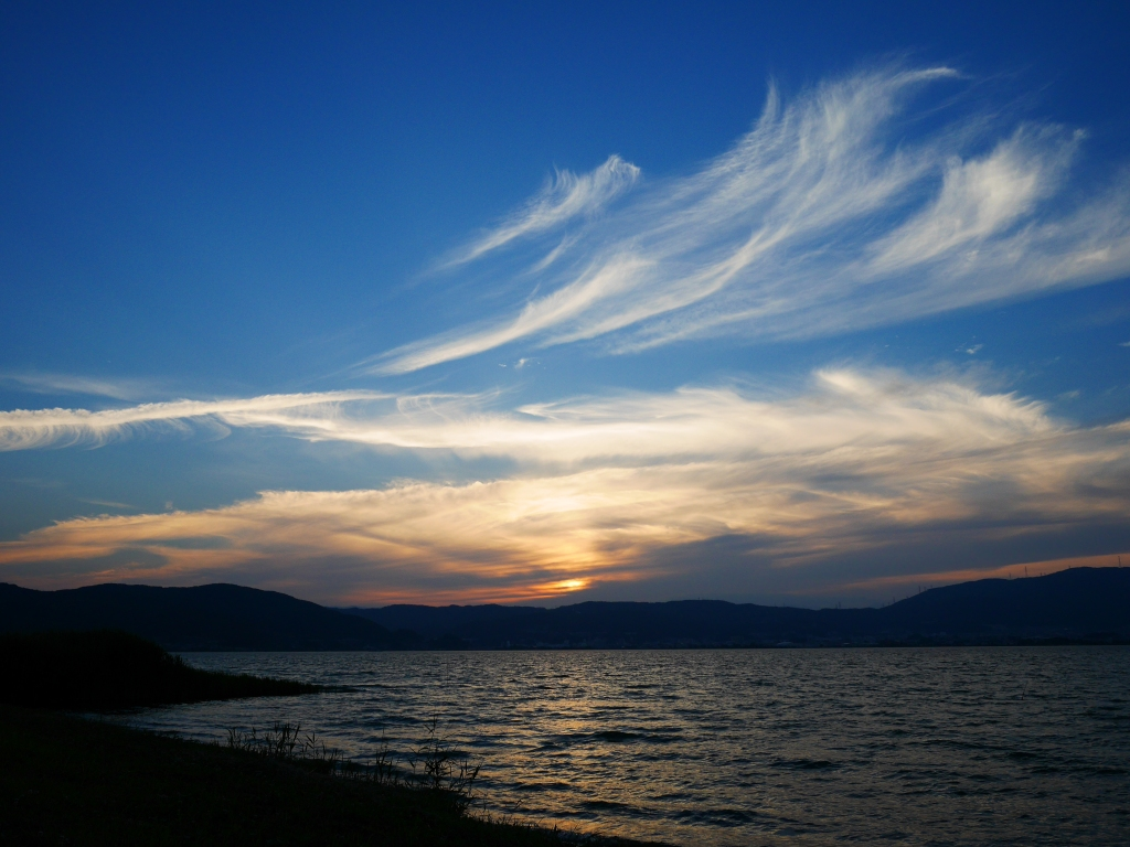 夏至間近、夕暮れの諏訪湖