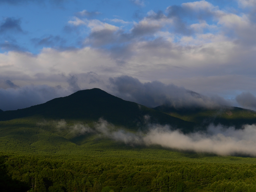 雲が差し込む編笠山