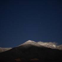 満月の夜、冠雪した八ヶ岳