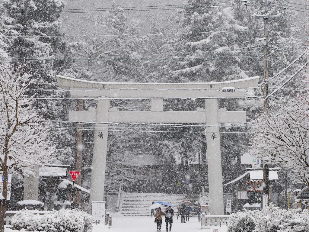 雪景色の諏訪大社上社本宮