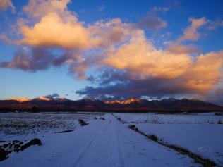 夕暮れの雪原と八ヶ岳