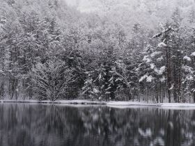 4月の雪、御射鹿池(2017.4.1)