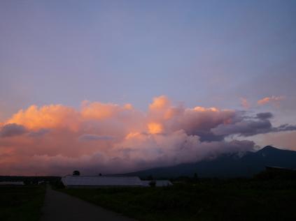 沸き立つ雲と色付く夕暮れ2