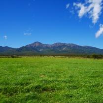 牧草地と秋の八ヶ岳