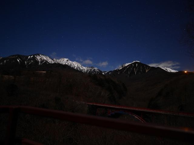月夜の東沢大橋と雪の八ヶ岳