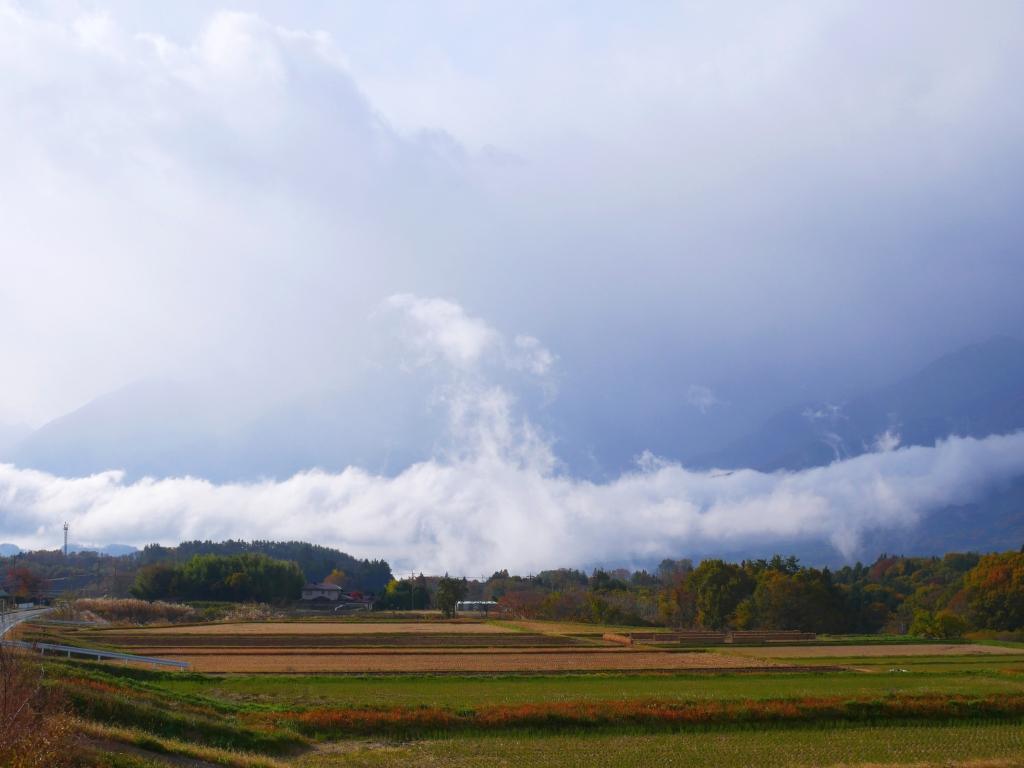 湧き上がる釜無川沿いの雲海