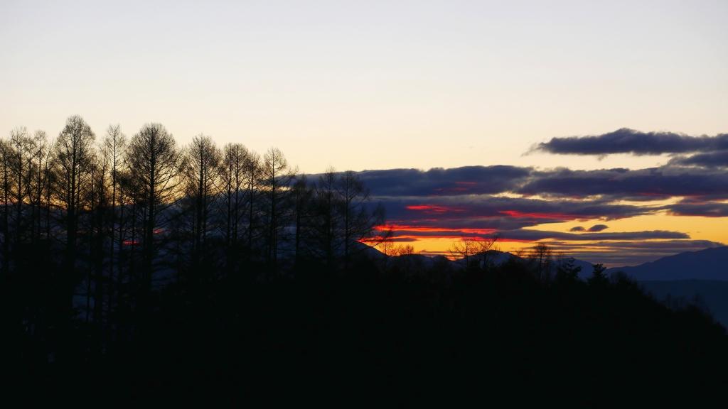 夕暮れに空を焦がす雲