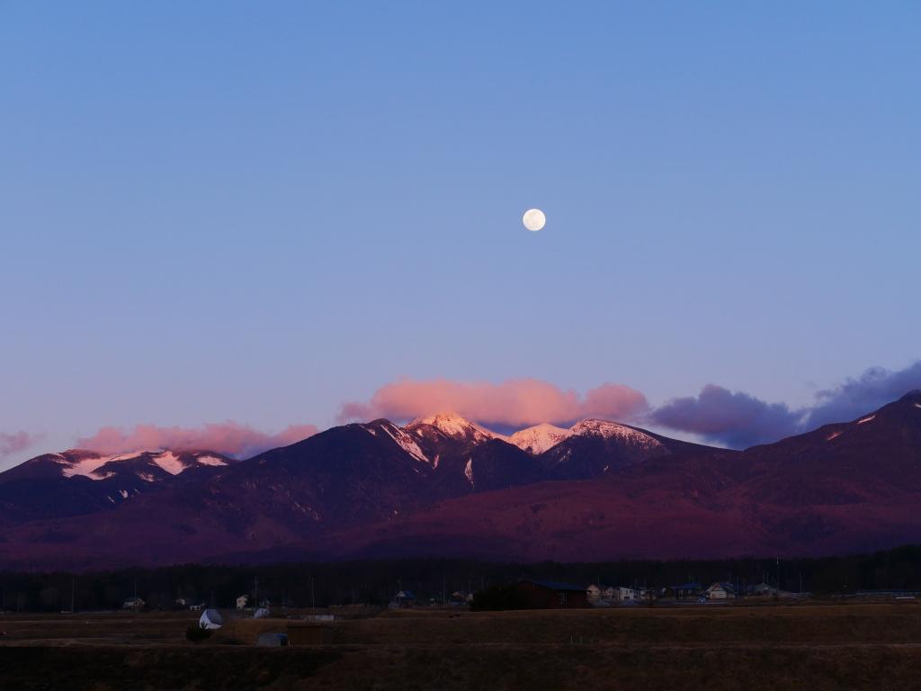 厳冬の月明かりと八ヶ岳残照