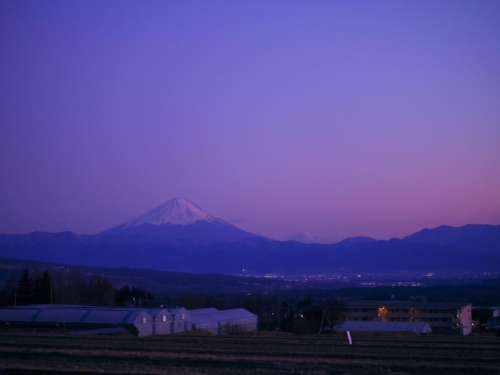 薄桃色の夕暮れと富士山